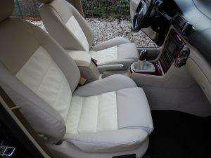 Nový interiér vozu Škoda Superb včetně ruční brzdy a pytlíku řadičky